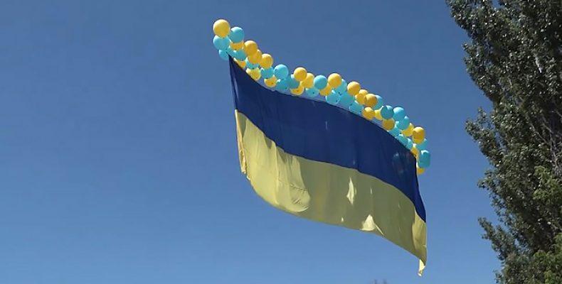В сторону оккупированного Донецка запустили 15-метровый флаг Украины