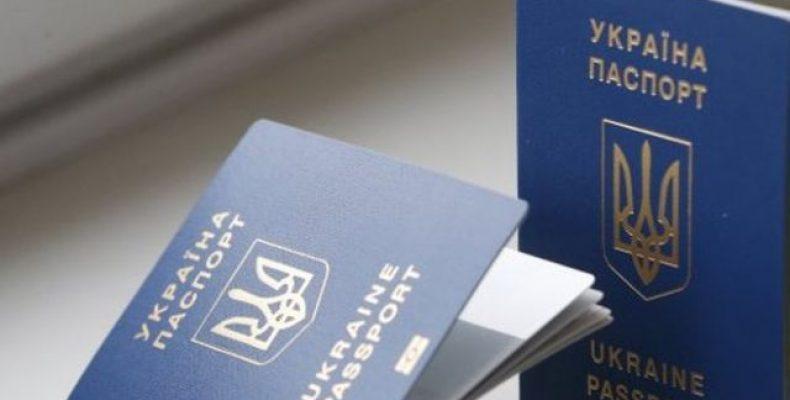 В ОРДЛО заставляют жителей обменять украинский паспорт на «республиканский»
