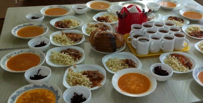 Почему дети-переселенцы так и не получают бесплатное питание в школах